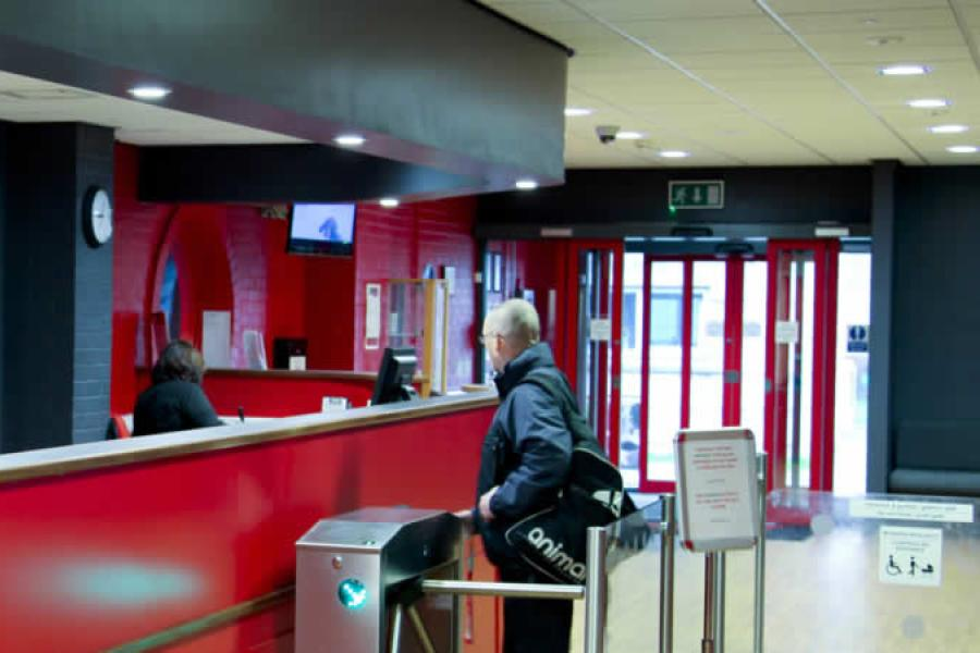 Canolfan Brailsford reception desk